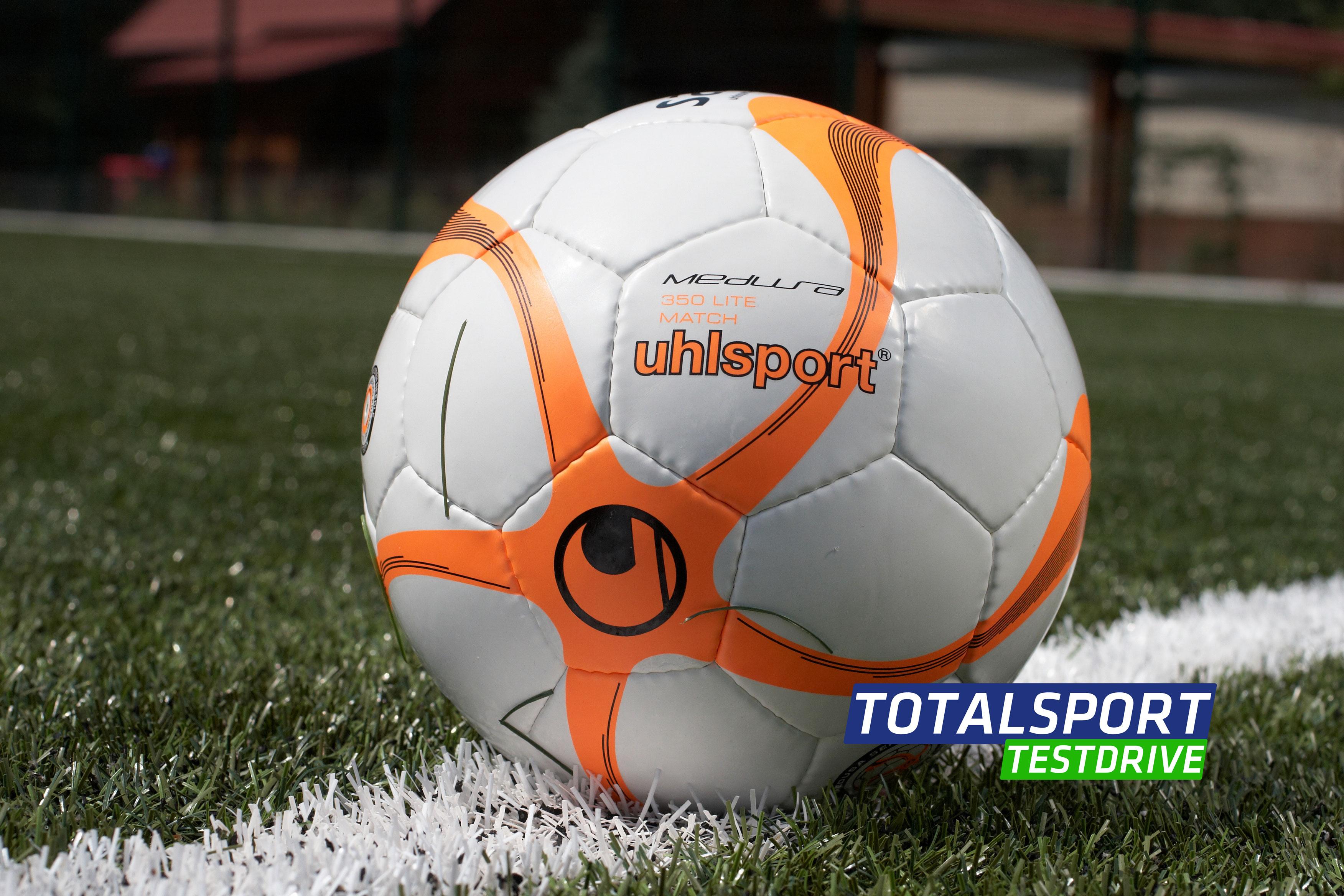 кожаный футбольный мяч фото