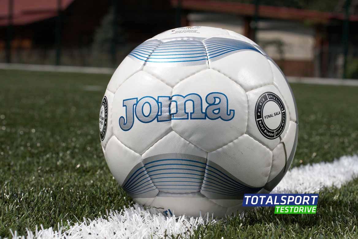 Joma на поле футбольном фотография
