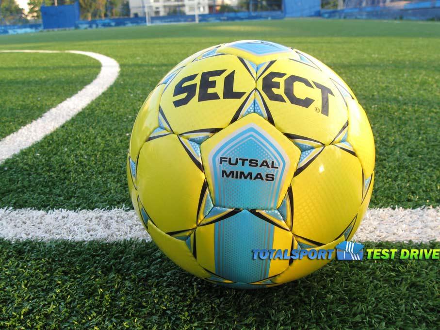 мяч select futsal mimas футбольном поле желтого цвета