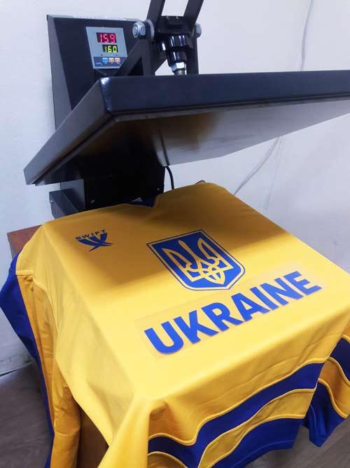 процесс нанесение логотипа на футбольную и хоккейную форму